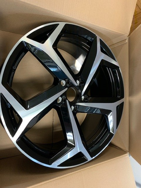 VW Passat R Wheels.JPG